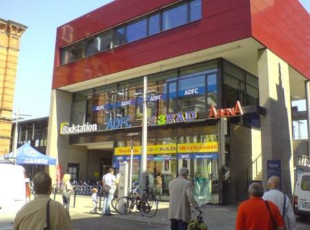 Az ADFC központja: bicikli-parkolóház, kölcsönző és szervíz