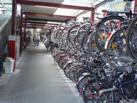800 férőhelyes bringaparkoló a vasútállomáson