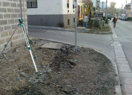 Épül a kerékpárút a Felsővámház utcában