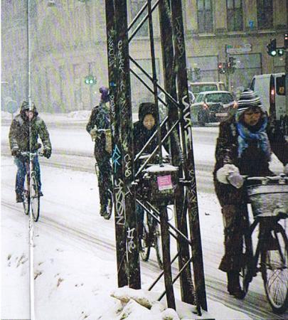 Tízből négyen kerékpárral. Ott sem meleg a hó (Kép: az EU Pont programfüzete).