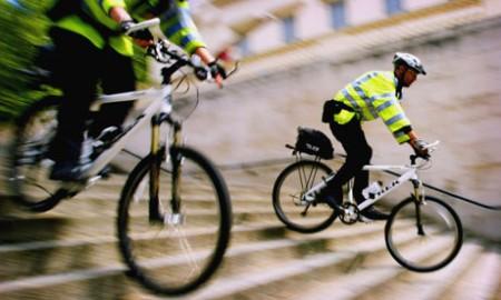 Londoni rendőrök bringás kiképzésen (forrás: guardian.co.uk)
